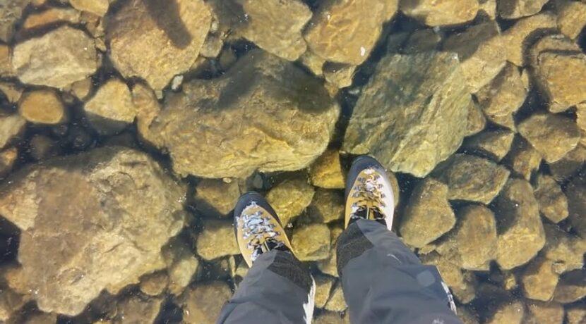 Spacer po przezroczystej tafli jeziora w Tatrach (film)