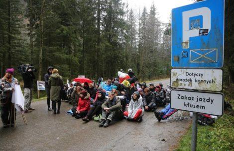 Wojewoda małopolski: Manifestacja na drodze do Morskiego Oka była legalna