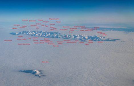 Widok na Tatry z samolotu – podpisane szczyty