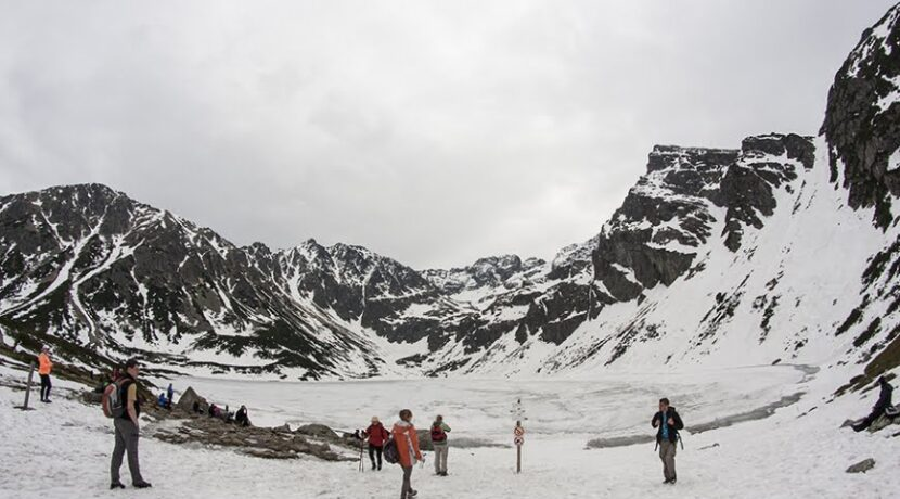 Uwaga na pękający lód na tatrzańskich jeziorach!