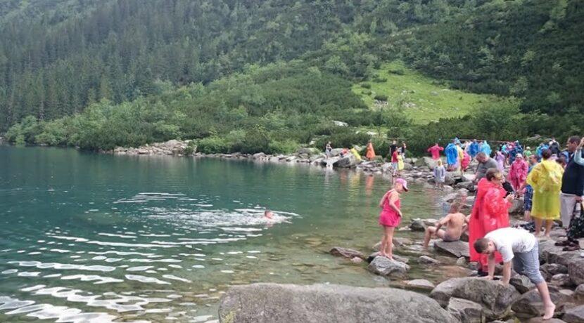 Park swoje, turyści swoje. Kolejne kąpiele w Morskim Oku