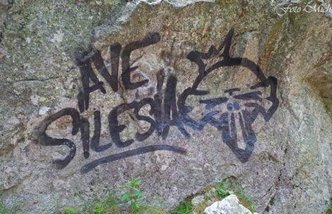 Buractwo poszło w góry…Akty wandalizmu w Dolinie Roztoki