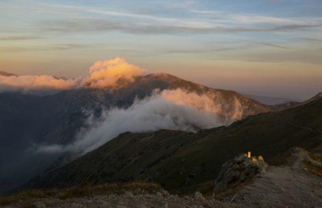 Taniec chmur nad dolinami – dzisiejszy poranek w Tatrach (ZDJĘCIA)