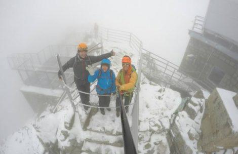Na najwyższych szczytach nadal śnieg. Raki przydatne