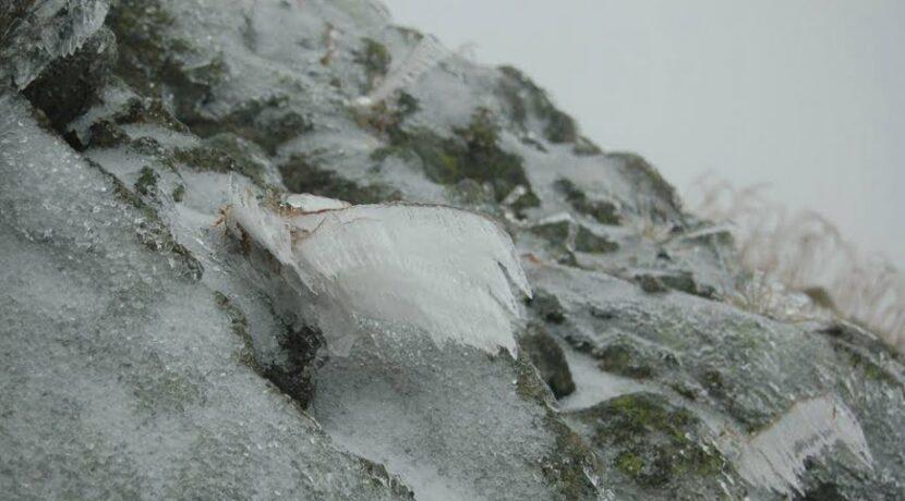 Trudne warunki w Tatrach. Śnieg, oblodzone szlaki – aktualne zdjęcia