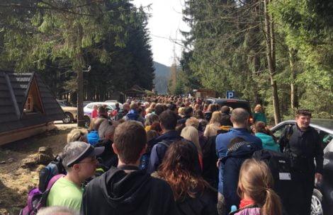 Tłumy turystów w Tatrach, godzina czekania na wejście do doliny