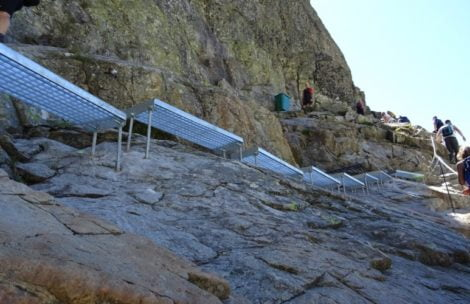 Na szlaku na Rysy zamontowano…metalowe schody!