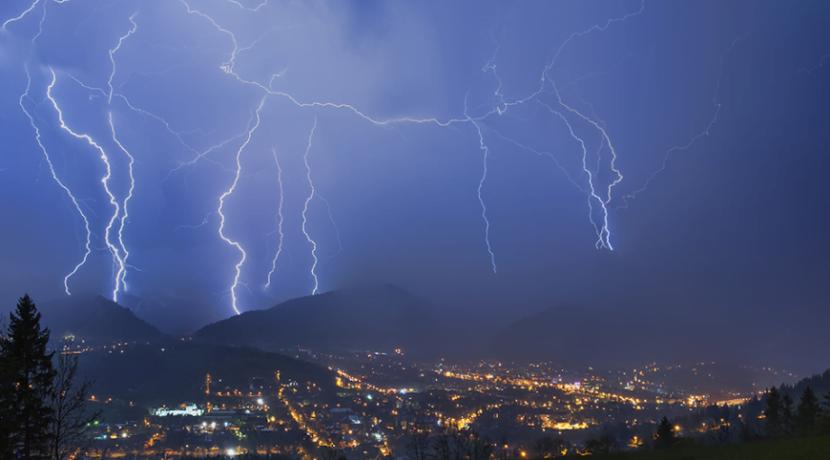 Uwaga na burze w Tatrach! Co zrobić, gdy nas złapie?