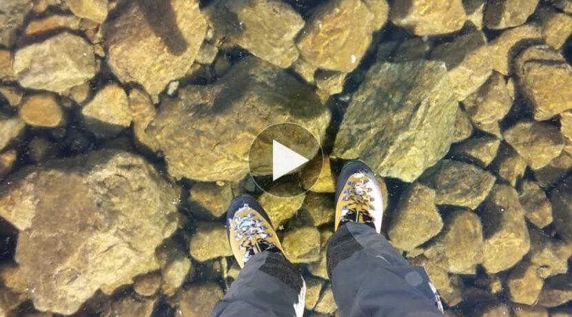Spacer po idealnie przezroczystej tafli jeziora w Tatrach (film)