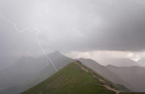 Uwaga na burzę w Tatrach! Turystka porażona przez piorun na Bystrej