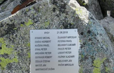 Tablica przytwierdzona do skały. Tak pewna firma uczciła wejście pracowników na Rysy