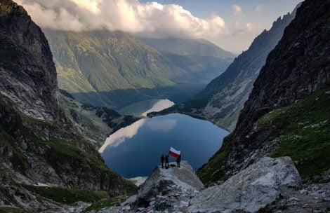 Sztafeta Niepodległości ruszyła w Tatrach. Biało-czerwona flaga na Rysach