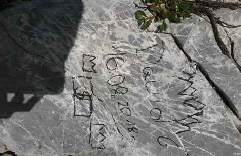 Nastolatkowie nabazgrali na tatrzańskich skałach. Szukamy opiekunów wycieczki