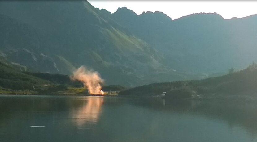 Tego jeszcze nie było. Podczas sesji ślubnej w Tatrach Młodzi odpalili…race dymne (FILM)