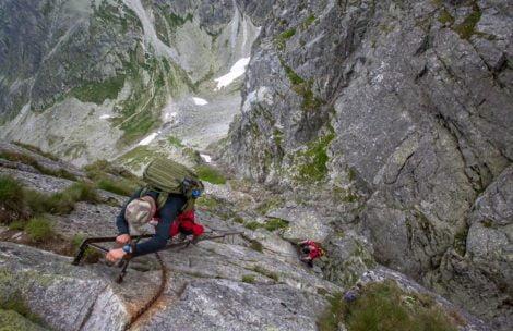 Jak bezpiecznie poruszać się w trudnym terenie górskim? Pamiętaj o tych zasadach!