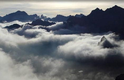 Bajkowy poranek ponad morzem chmur (FILM)