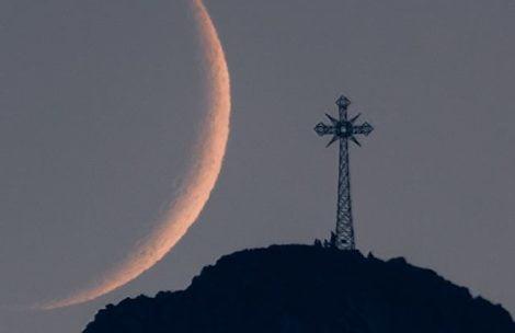 CO ZA KADR! Dzisiejszy zachód Księżyca nad Giewontem (ZDJĘCIE, FILM)