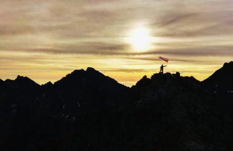 Biało-czerwona flaga w Tatrach. Turyści świętują niepodległość (ZDJĘCIA)
