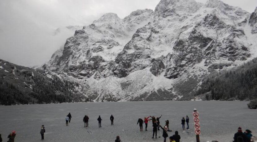Na nic prośby i apele…Turyści tłumnie wchodzą na cienki lód na Morskim Oku