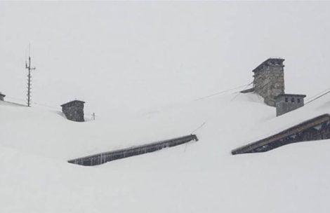 Tak wygląda teraz schronisko w Dolinie Pięciu Stawów. Totalnie zasypane śniegiem!