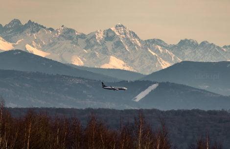 Co za strzał! Samolot lądujący w Balicach uchwycony na tle Tatr (ZDJĘCIE)
