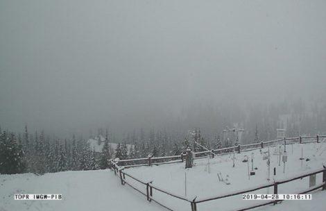 Powrót zimy w Tatrach. Sypie śnieg, robi się biało