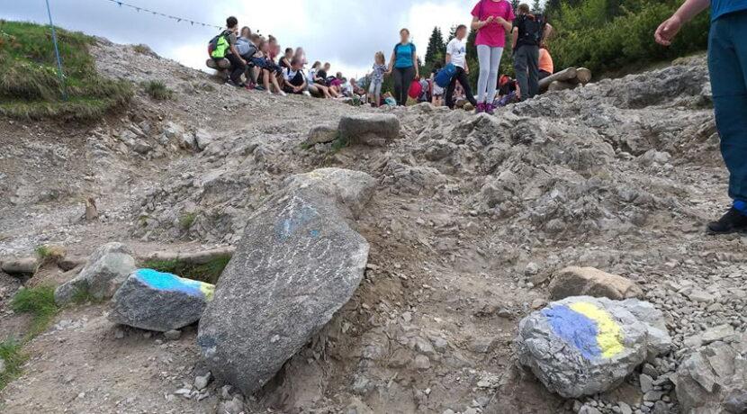 """Wierzyć się nie chce. Kolejni """"artyści"""" pomazali skały w drodze na Halę Gąsienicową"""