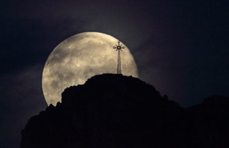 Fotograficzna petarda! Oto dzisiejszy Giewont na tle Księżyca (ZDJĘCIA)