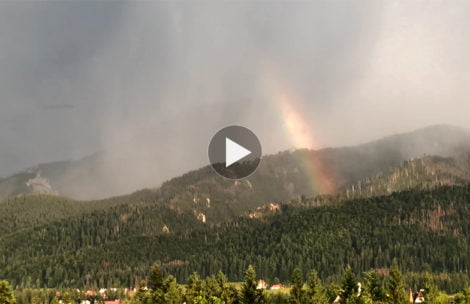 Potężna burza nad Tatrami. Chmury przykrywają Giewont, pojawia się piękna tęcza (FILM)