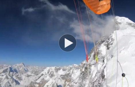 Zleciał na paralotni z K2! Pierwszy taki lot w historii (FILM)