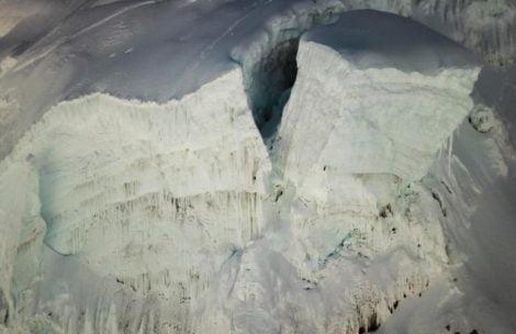 Niebezpiecznie pod Everestem. Olbrzymi serak wisi nad Icefallem, w każdej chwili może runąć w dół