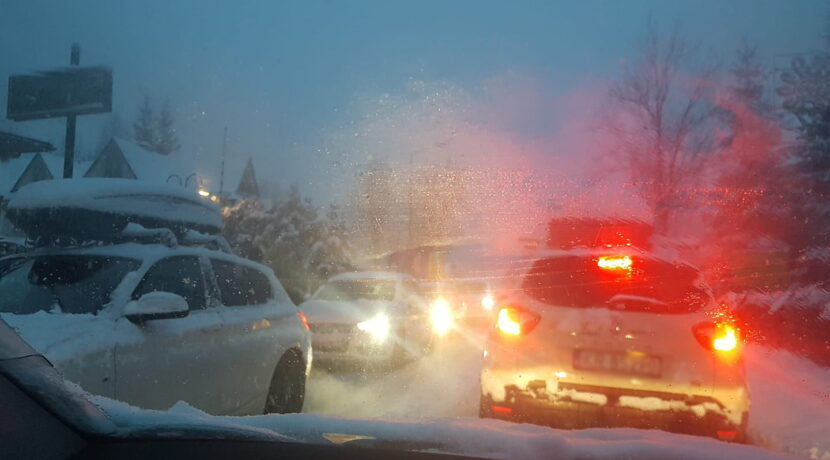 Sypnęło śniegiem. Olbrzymie korki w Zakopanem i Bukowinie Tatrzańskiej