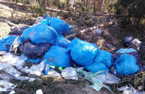 Ktoś wyrzucił stertę śmieci pod Gubałówką. Straż Gminna poszukuje sprawcy