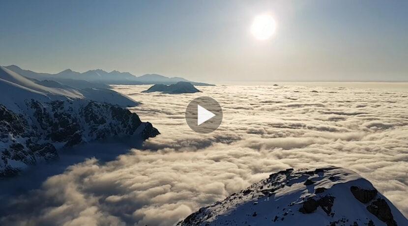 Popołudniowe morze chmur pod Giewontem – piękna panorama (FILM)
