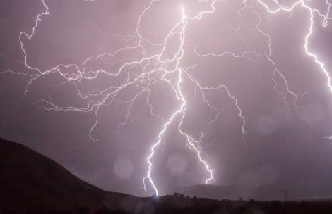 """Najwyższy alert burzowy! """"Istnieje poważne zagrożenie dla życia i mienia"""""""