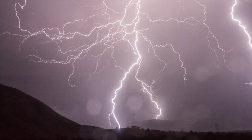 Jak określić w jakiej odległości od burzy się znajdujemy? Oto metoda, którą powinniśmy znać