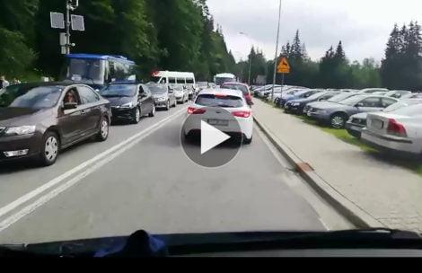 """Gigantyczne korki na drodze do Morskiego Oka. Tak wygląda """"dojazd"""" na parking (FILM)"""