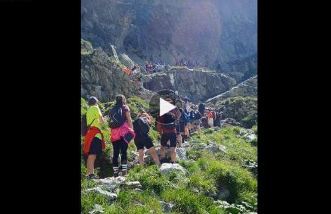 Gigantyczne kolejki również na słowackim szlaku na Rysy (FILM)
