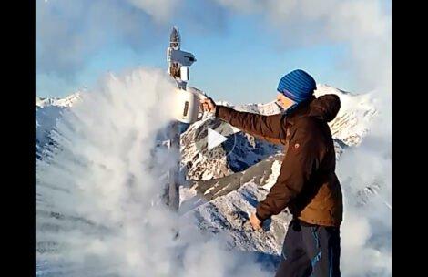 Na Kasprowym -14°C, oto co dzieje się z wyrzuconym w powietrze wrzątkiem (FILM)