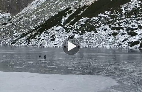 """Na łyżwach po Czarnym Stawie Gąsienicowym. Ratownik TOPR: """"Lód jest jeszcze cienki"""" (FILM)"""