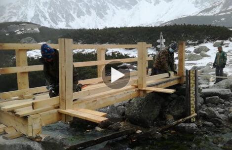 Trwa remont mostu w Dolinie Pięciu Stawów. W takich warunkach pracują robotnicy (FILM)