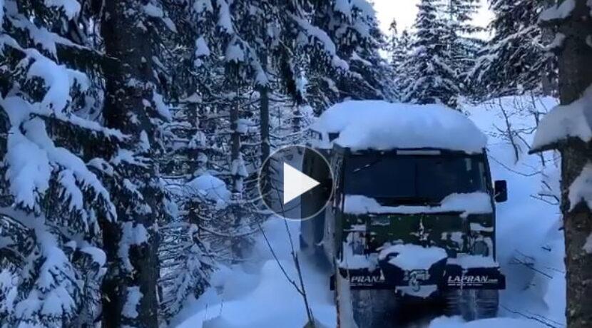 """Na gąsienicach przez duże śniegi. Tak """"czołg"""" transportuje produkty do Pięciu Stawów (FILM)"""