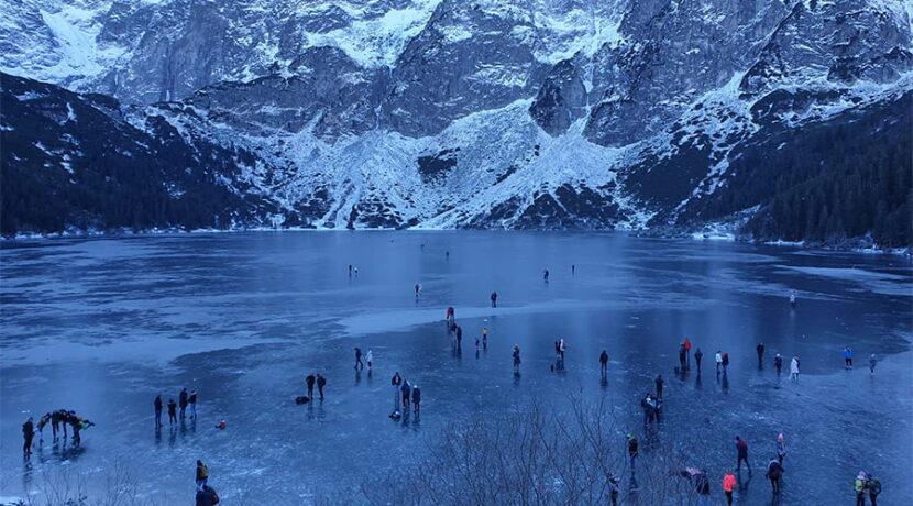 Lód na Morskim Oku załamał się pod turystami