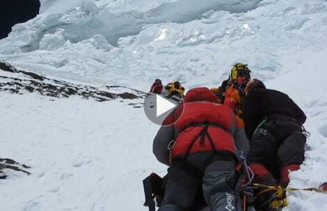 Rusza atak szczytowy na K2. Tak wygląda olbrzymi serak w drodze na szczyt (FILM)