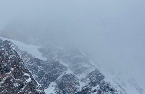 Śmigłowiec sprawdził zbocza K2, nie ma śladu po zaginionych. Warunki w górze coraz gorsze