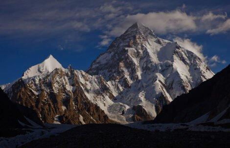 """Nie ma kontaktu ze wspinaczami na K2. """"Nie widać żadnego śladu ani światła"""""""