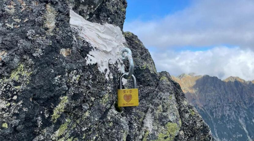 Pokaz głupoty w Tatrach. Ktoś przymocował na gips kłódkę do skał